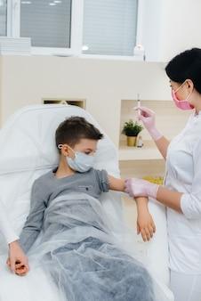 Vaccination des enfants contre la grippe et l'infection à coronavirus lors d'une pandémie mondiale.