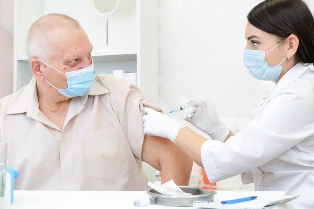 Vaccination d'une personne adulte dans un hôpital
