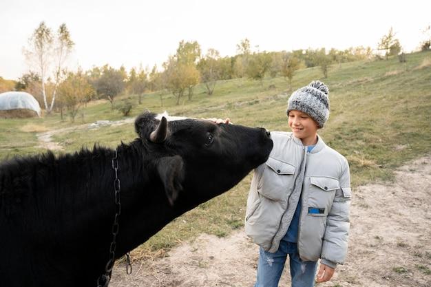 Vache caressante d'enfant de coup moyen