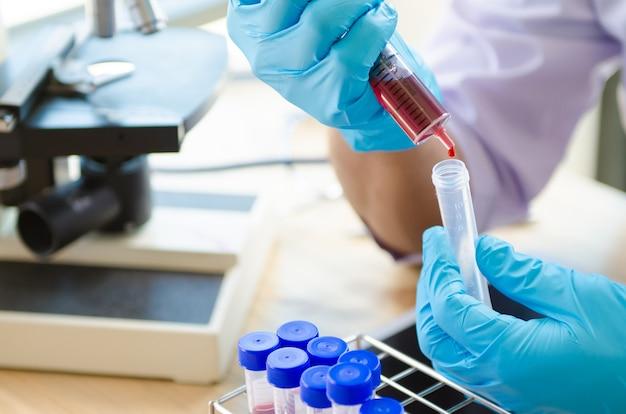 Vacutainer ou tube à essai en laboratoire sur table