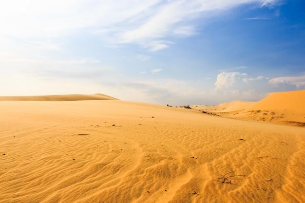 Vague sur le désert à la dune de sable de mui ne, au sud du vietnam