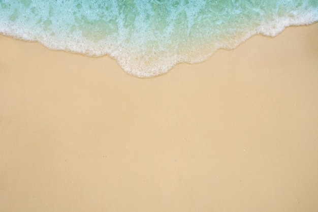Vague douce de l'océan sur la plage de sable.