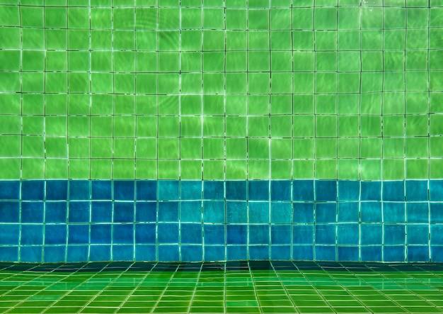 Vague d'eau dans la piscine.