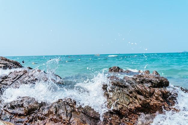 Vague et écume dans la mer ou l'océan près du rivage en gros plan.