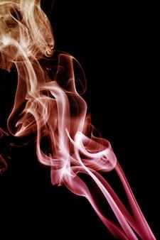 Vague et fumée de différentes couleurs sur fond noir