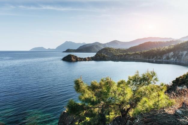 Vague de mer bleue de la méditerranée sur la côte turque dans les soirées