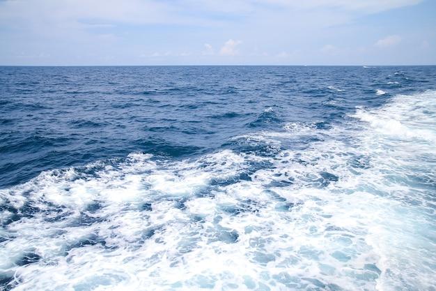 Vague de mer avec ciel et nuages