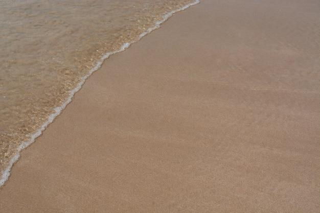 Vague de mer sur le fond de sable
