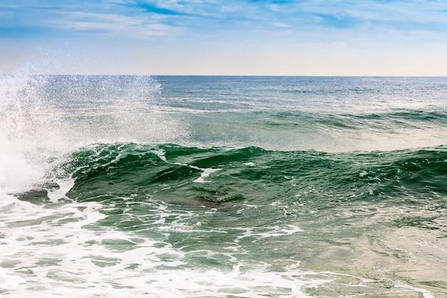 Vague de la mer méditerranée