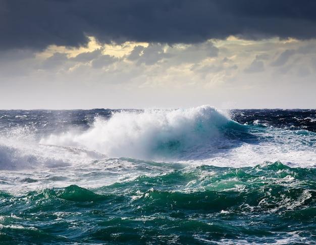 Vague de mer pendant la tempête