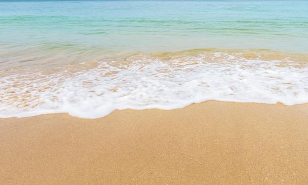 Vague de la mer sur la plage de sable a beautiful