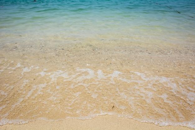 Vague de la mer sur la plage de sable