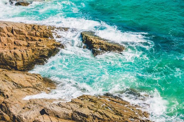 Vague de mer avec rocher