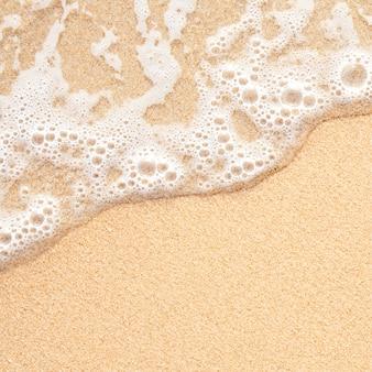 Vague de mer sur le sable