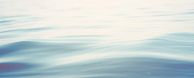 Vague de mer se bouchent, vue faible angle de l'eau