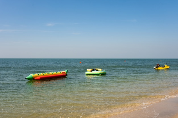 Vague de l'océan doux de l'océan bleu sur la plage de sable tropicale en fond d'été avec espace de copie. texture de fond