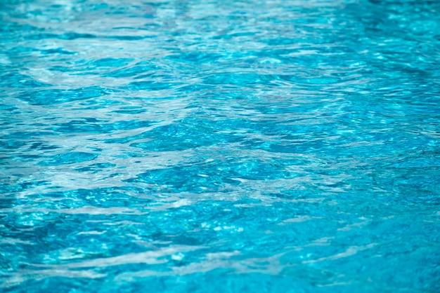 Vague d'ondulation abstraite et surface d'eau turquoise claire dans la piscine, vague d'eau bleue pour le fond et la conception abstraite.