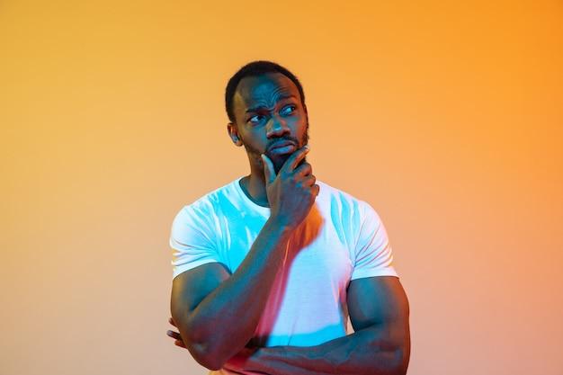 La vague rétro ou portrait de vague synthé d'un jeune homme africain sérieux heureux au studio.