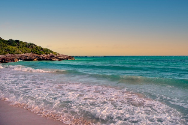 Vagues arrivant sur une plage de sable blanc aux eaux turquoises à porto rico