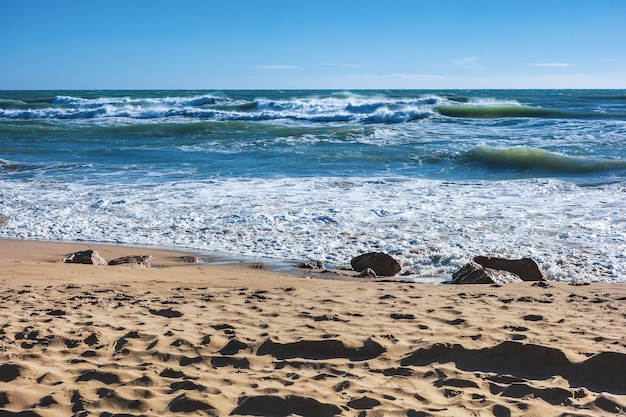 Vagues bleues d'une plage méditerranéenne