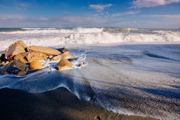 Vagues sur la côte de la mer
