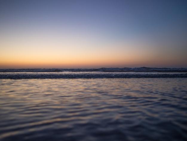 Vagues dans l'océan, image relaxante