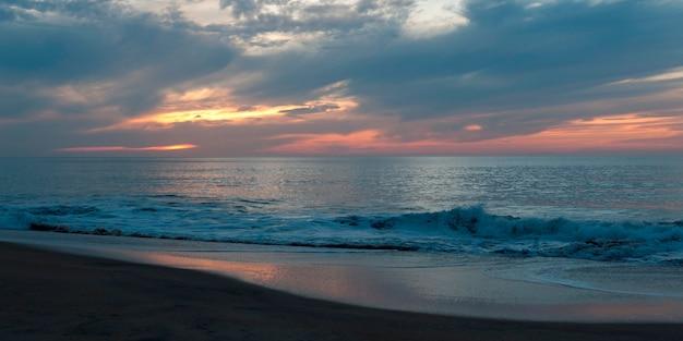Vagues déferlant sur la côte, sayulita, nayarit, mexique