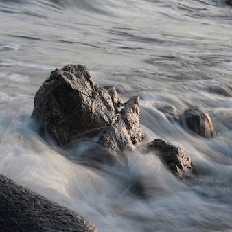 Vagues déferlant sur les rochers, sayulita, nayarit, mexique