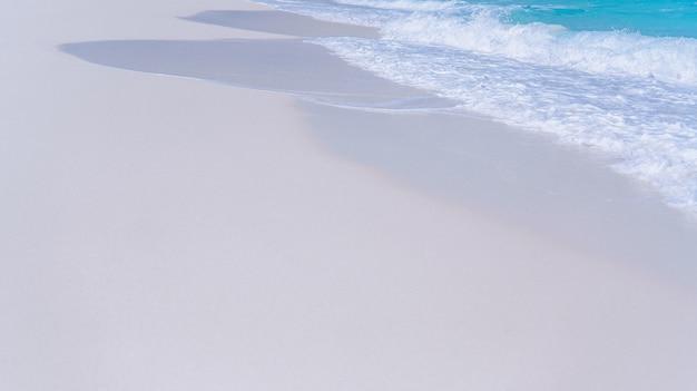 Vagues de l'eau bleue au bord d'un océan