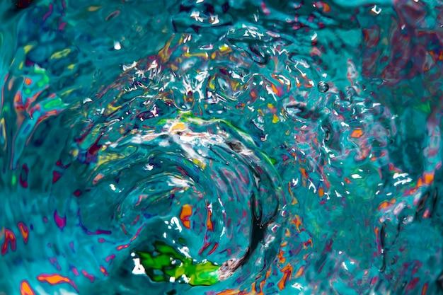 Vagues d'eau et éclaboussures colorées vue de dessus