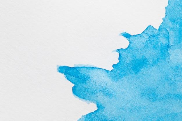 Vagues d'encre abstraites de couleur sur la surface blanche