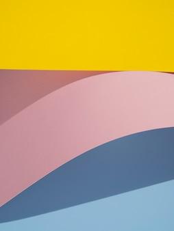 Vagues de formes abstraites en papier avec une ombre