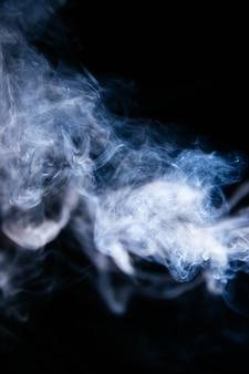 Vagues de fumée bleue sur fond noir