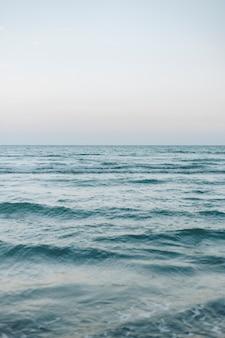 Vagues sur une large mer bleue
