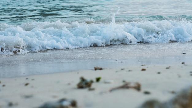 Vagues de la mer bleue. fond de nature