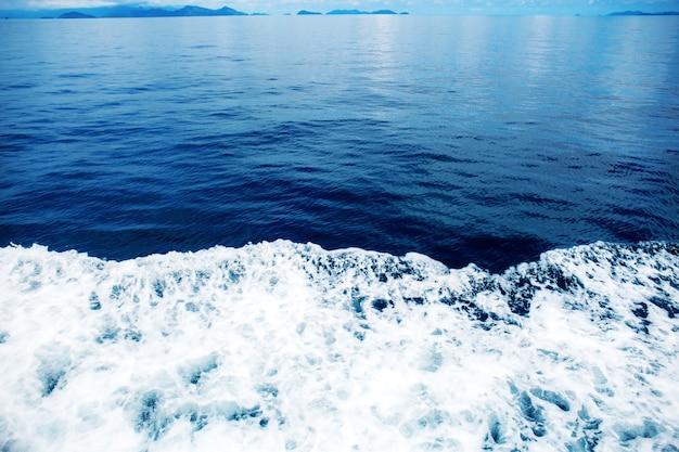 Vagues de mer bleue avec fond.