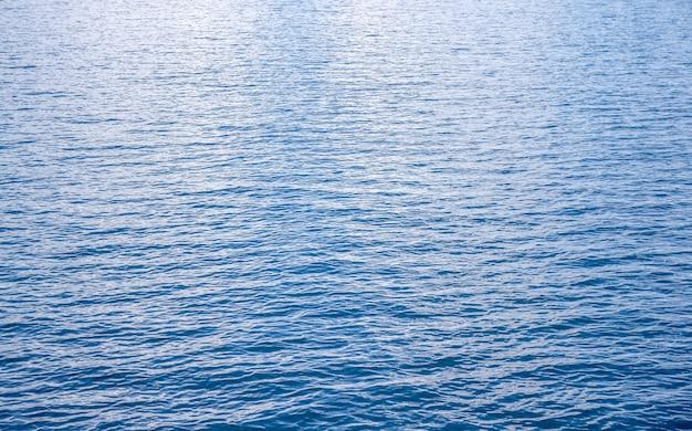 Vagues de la mer bleue
