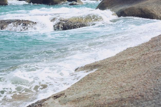 Vagues de la mer dans les vagues de l'océan splashing ripple water. fond de l'eau bleue.