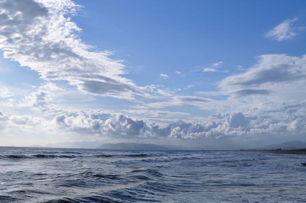 Des vagues de la mer écumantes roulant sur le rivage