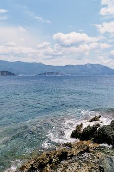 Vagues de la mer frappant le rivage de pierre