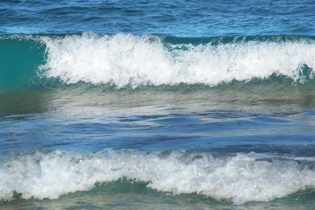Vagues de la mer avec mousse blanche et profondeur bleue