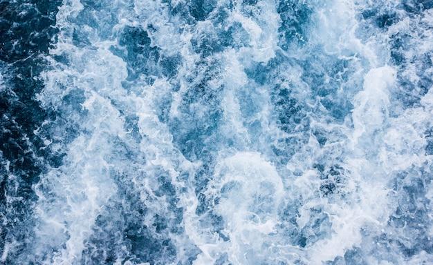 Vagues de la mer, paysage marin, bouillonnant d'eau de mer.
