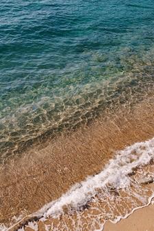 Vagues de la mer d'une plage de sable