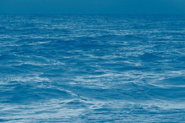 Vagues de la mer avec réflexion du soleil