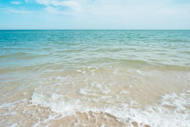 Vagues de la mer turquoise bleu avec des nuages de sable et de ciel