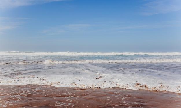 Vagues mousseuses de l'océan, ligne de surf au maroc. paysage d'eau tropical d'été. photographie de voyage.