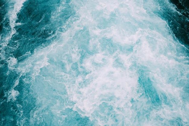 Vagues mousseuses de l'océan