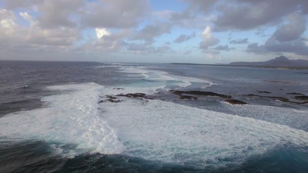 Vagues mousseuses de la vue aérienne de l'océan indien