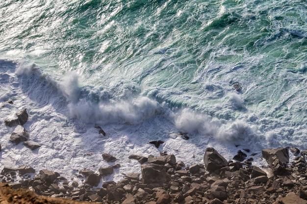 Vagues de l'océan atlantique à cabo da roca, la pointe ouest de l'europe, portugal.