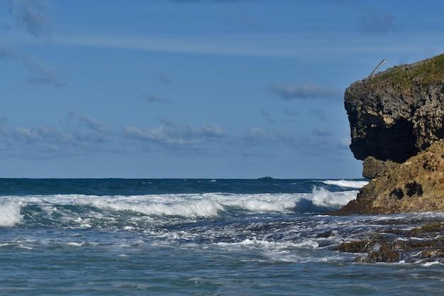 Les vagues de l'océan atlantique frappent le rivage